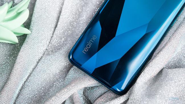 realme Q2被曝10.13发布 OLED挖孔+65W超闪 性价比来袭